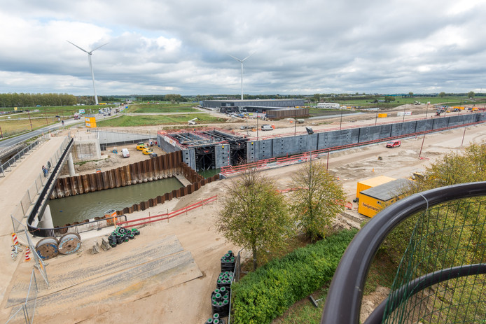 De nieuwe kolk van de Beatrixsluis in Nieuwegein, met links de fiets-voetgangersbrug, die op 11 december wordt geasfalteerd.