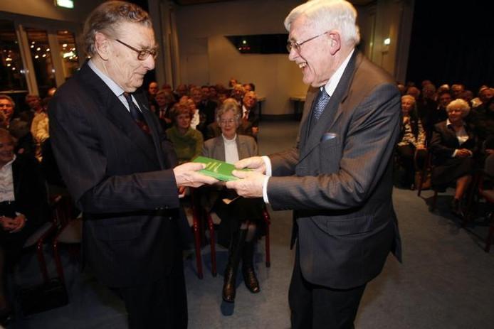 Gilles Borrie (links) met emeritus-hoogleraar economische geschiedenis Joh. de Vries.
