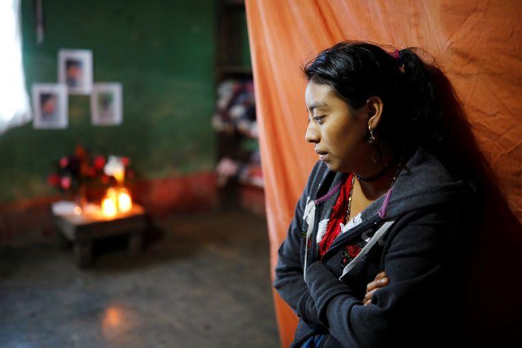 Magdalena Gomez, de zus van Felipe. Op de achtergrond een herdenkingsaltaar voor haar broer.