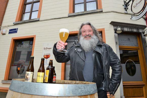 Wanne Madalijns met een lekker biertje aan 't Parlement in Halle.