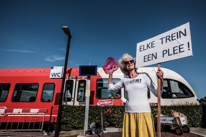 Greetje van Amstel blijft actie voeren voor toiletten in de treinen op het traject Arnhem-Winterswijk.