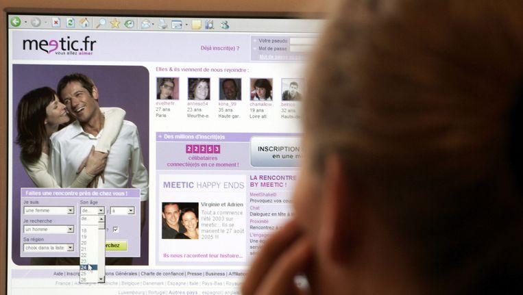 Een vrouw bekijkt een datingsite. Beeld anp