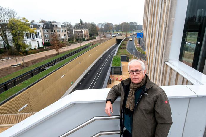 Wencel Maresch op de passerelle bij station Dieren, met uitzicht op de verdiepte Burgemeester De Bruinstraat.