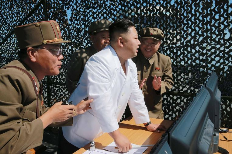 Kim Jong-un inspecteert dinsdag een testbasis voor raketten. Noord-Korea ontwikkelt een nieuwe, krachtige motor voor zijn raketten om zo de Oostkust van de VS te kunnen bereiken. Beeld AFP