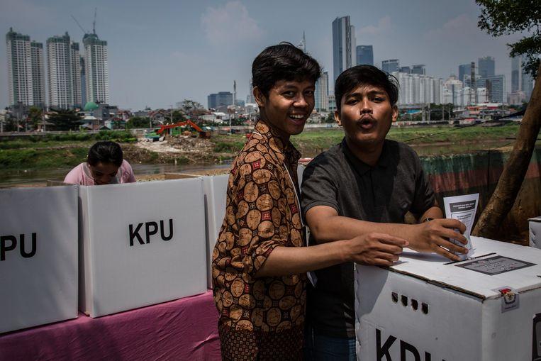 Een man stemt in Jakarta, Indonesië. Tijdens de verkiezingen konden 193 miljoen kiezers hun stem uitbrengen. Beeld Getty Images