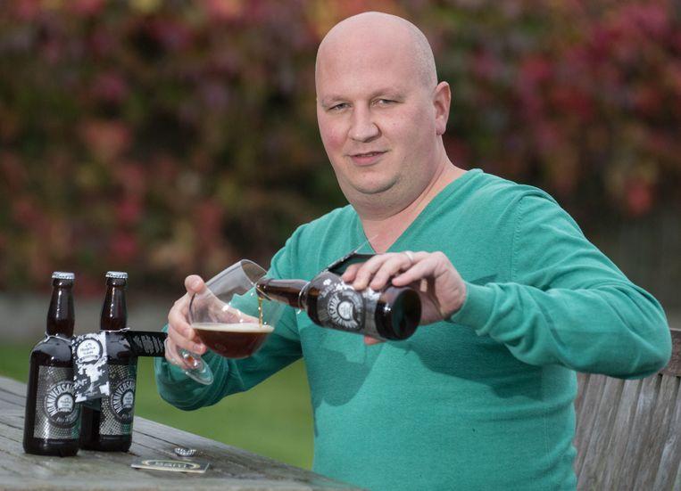 Hobbybrouwer Sam Vanderstraeten met zijn bier 'Nonniversaire.