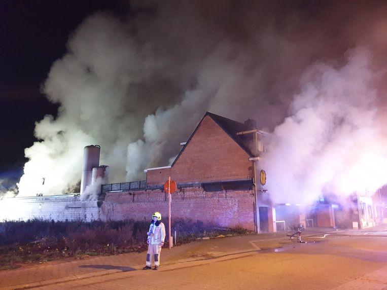 De brand zorgde voor een hevige rookontwikkeling.