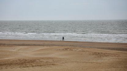 """Reserveren of touw meebrengen? Op Koksijde-strand hoeft het deze zomer niet: """"We rekenen op het gezond verstand"""""""