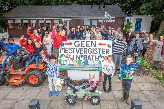 Inwoners van Bath, bijgestaan door agrariers uit de nabijgelegen Anna-Mariapolder , protesteren tegen de plannen van Engie om een mestvergister in de buurt van het nog geen 100 zielen tellende dorpje te bouwen. Rechts naast het bord één van de initiatiefnemers, Maarten Haentjes Dekker.