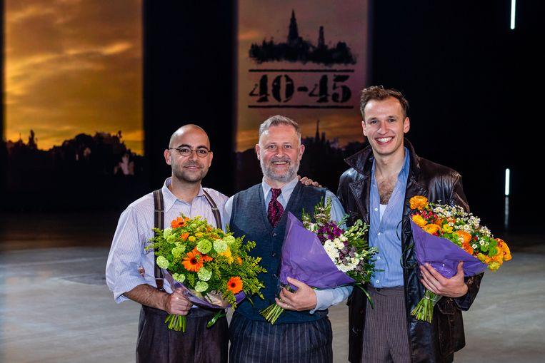 Op het podium van de musical '40-45', tussen zijn collega's Jo Hens en Michiel De Meyer. Bert speelt al zeker tot in december mee.