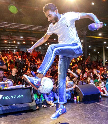 Drie dagen lang trucs leren van (voet)balkunstenaar Touzani bij OSV Oud-Beijerland