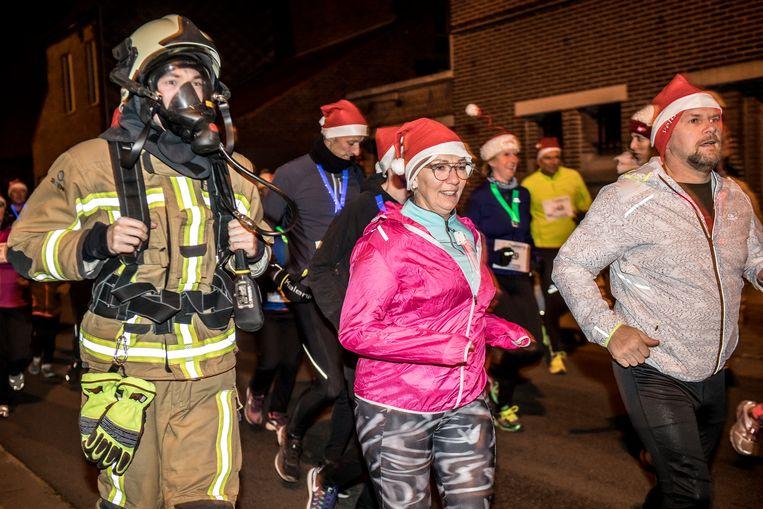 Roeselare - de brandweermannen liepen ook terug mee met de Santa Run
