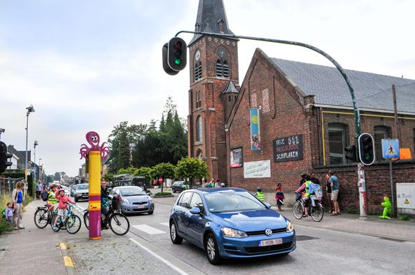 Een verkeerslicht moet ouders en kinderen de kans geven om de drukke verkeersas enigszins veilig over te steken.
