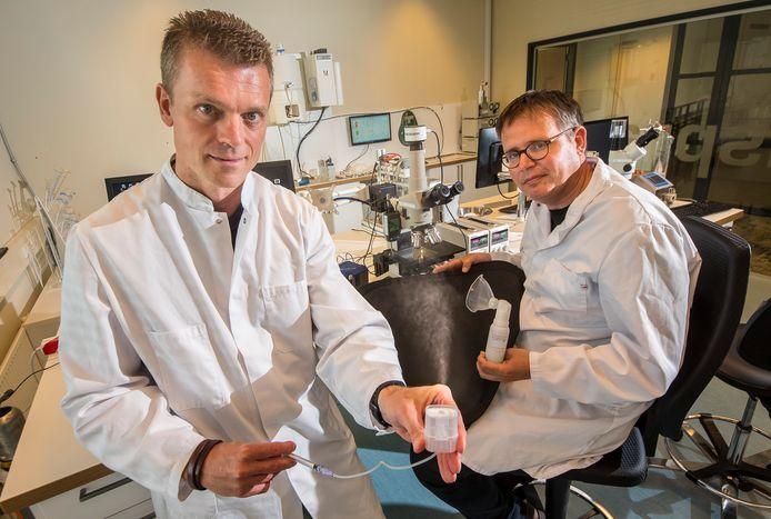 Han van Egmond (links) en Wilbert de Kruijf  tonen in het laboratorium van Medspray de verstuiver voor coronamedicijn.