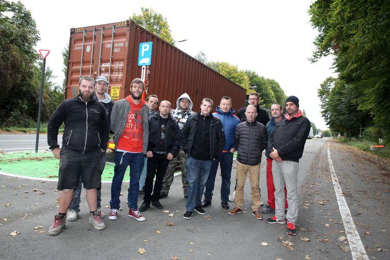 Enkele Halse truckers bij de fel ingekorte parkeerstrook voor vrachtwagens op de Welkomstlaan.