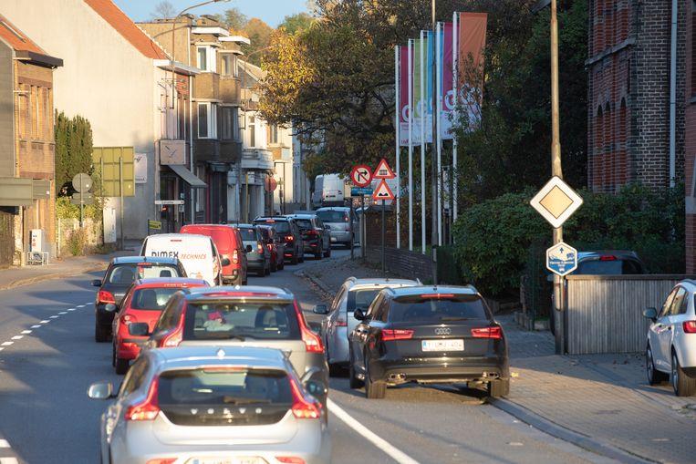 Dagelijkse kost in Leupegem: aanschuiven van aan de rotonde.