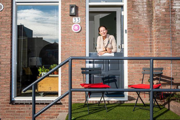 Iris van Urk voor haar Airbnb  'Au bord du Rhin' in het centrum van Alphen direct aan de Oude Rijn.