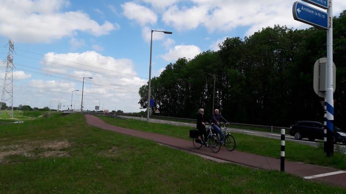 De bestaande tunnel over de snelweg A15 en de Betuweroute in Elst wordt vervangen.