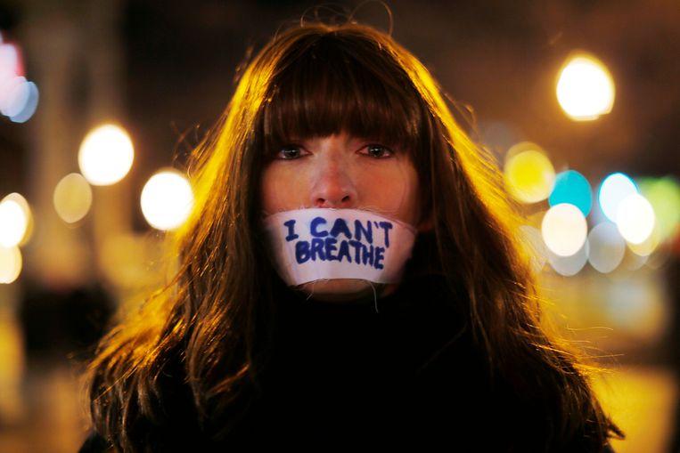 Een vrouw tijdens een demonstratie tegen de niet-vervolging van de agenten in de zaak rond de dood van Eric Garner en Michael Brown.
