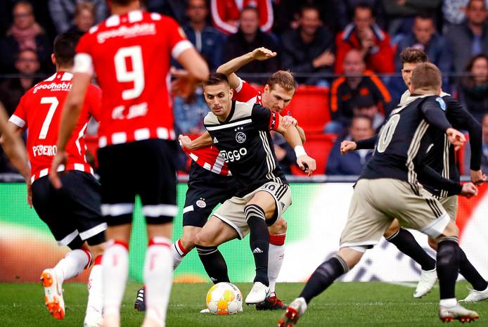 Dusan-Tadic in duel met Daniel Schwaab tijdens PSV-Ajax in september.