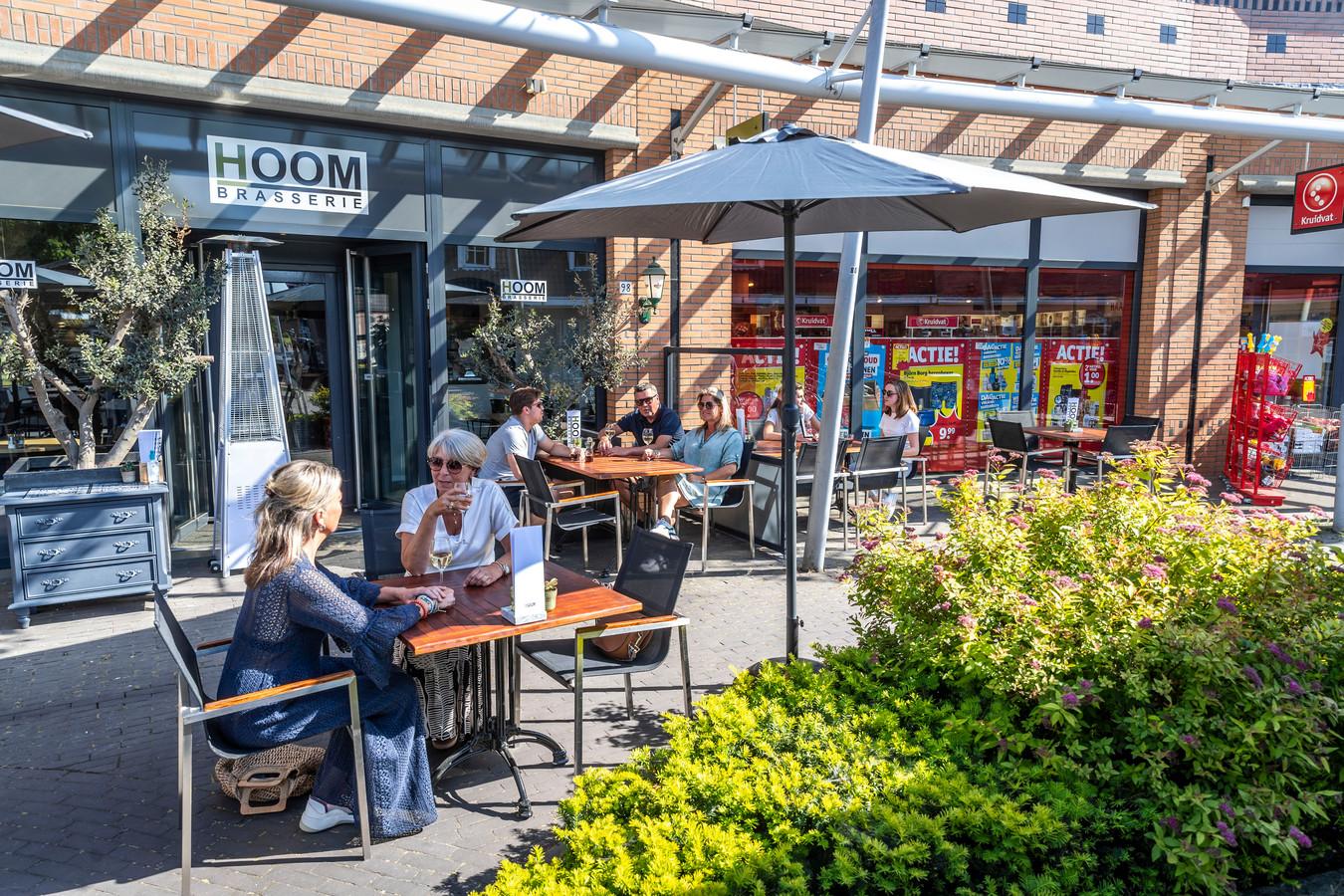 De terrassen mogen vanaf 1 juni weer open. Ook brasserie Hoom mag hun terras uitbreiden tot aan de Kruidvat.