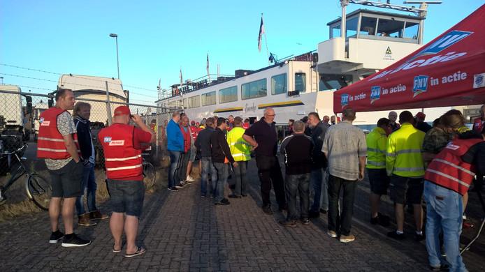 Tijdens een eerdere staking bij Scania in Zwolle verzamelde het personeel zich eveneens op een boot naast de fabriek.