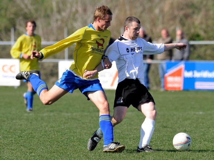 Gert-Jan van Leiden bijna elf jaar geleden, in april 2010, als speler van FC Dauwendaele in duel met Harold Vermeulen van Oostkapelle.