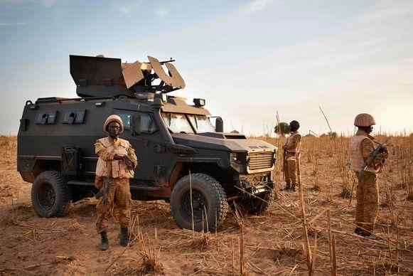 Soldaten uit Burkina Faso Army patrouilleren in de grensregio met Mali. Archiefbeeld.