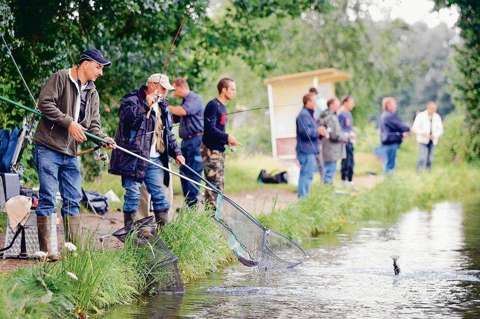 Vissen in de forellenkwekerij in Emst is een populaire bezigheid.