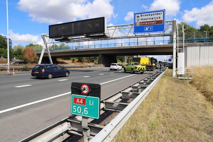 Twee auto's zijn aan het begin van de middag met elkaar in botsing gekomen in de file op de A4 ter hoogte van Event Plaza in Rijswijk.