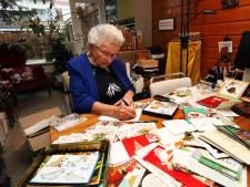 'Kerstkaartenoma' Corrie (87) wordt nu zelf bedolven onder de kerstkaarten
