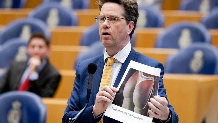 Martin Bosma toont in de Kamer een foto van billen uit NRC Handelsblad. 'Wat mag wel, en wat mag niet?' Beeld anp