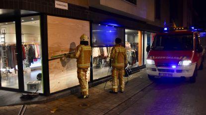 Auto rijdt etalage van kledingwinkel binnen en pleegt vluchtmisdrijf