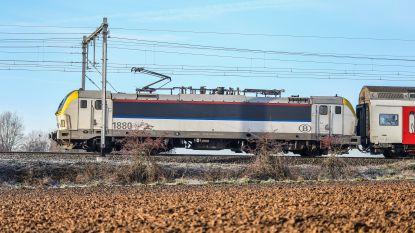 Defecte trein met 200 passagiers staat uur lang vast zonder airco