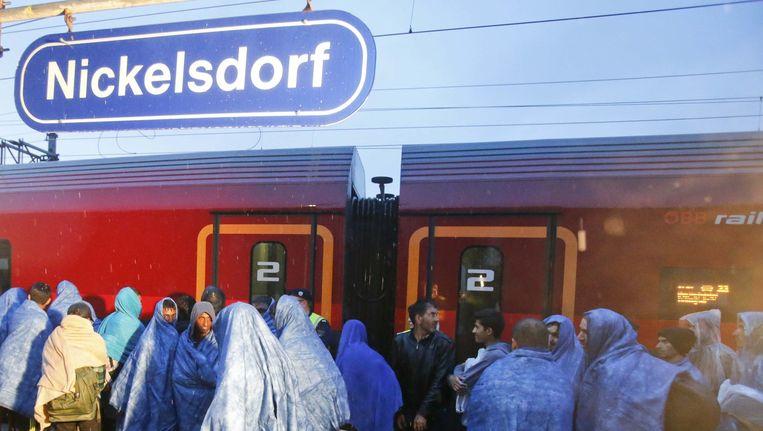 Migranten arriveren bij treinstation Nickelsdorf. Beeld null