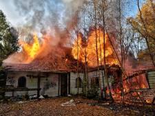 Grote woningbrand in Oisterwijk onder controle, alleen asbest in onbewoonde omgeving