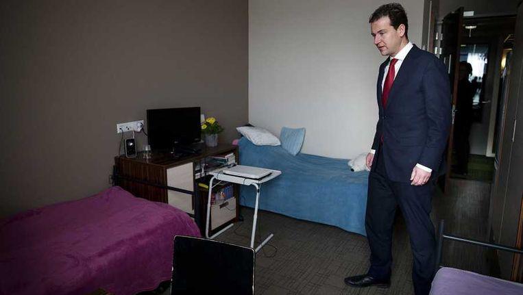 Minister Asscher bezoekt het Westland Hotel, ook bekend als Polen hotel. Beeld anp