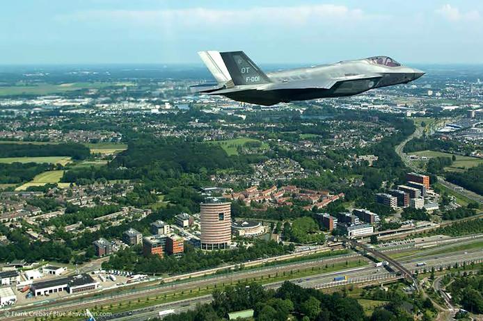 JSF boven Breda tijdens voorstelrondje over Nederland. Foto Defensie / Frank Cebras