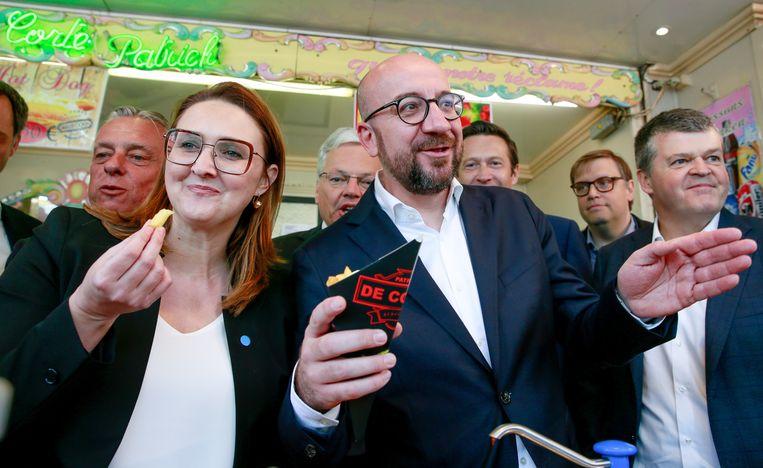 De Vlaamse en Franstalige liberalen bliezen verzamelen aan een frietkraam op het Muntplein.