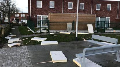 Gezin ziet dak en isolatie wegvliegen