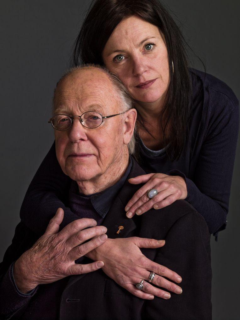 Fotograaf Eddy Posthuma de Boer (1931), hier met zijn dochter Tessa, is een van de belangrijkste nog levende vertegenwoordigers van de humanistische fotografie in Nederland. Van 18 januari t/m 11 april is in het Fotomuseum Den Haag een grote overzichtstentoonstelling van zijn werk te zien.  Beeld Koos Breukel
