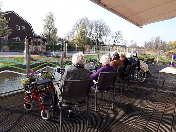 Bewoners van zorgcentrum Weddesteyn in Woerden kregen tot eind mei geen bezoek. Zij konden nog wel luisteren naar het draaiorgel.