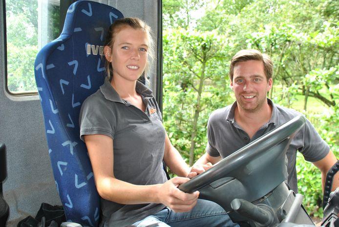 Justine in de vrachtwagen, met naast haar echtgenoot Nicolas.