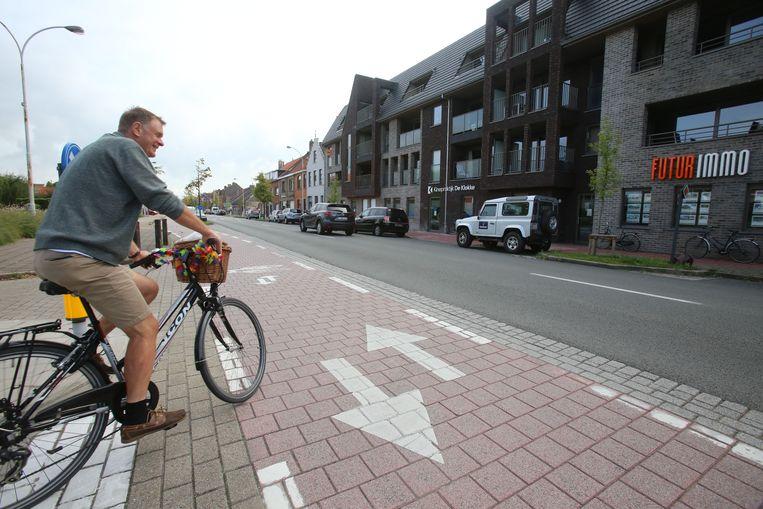Het dubbelrichtingfietspad op de Torhoutse Steenweg is een flop en zal vervangen worden door twee aparte fietspaden, al is daar nu nog geen geld voor.