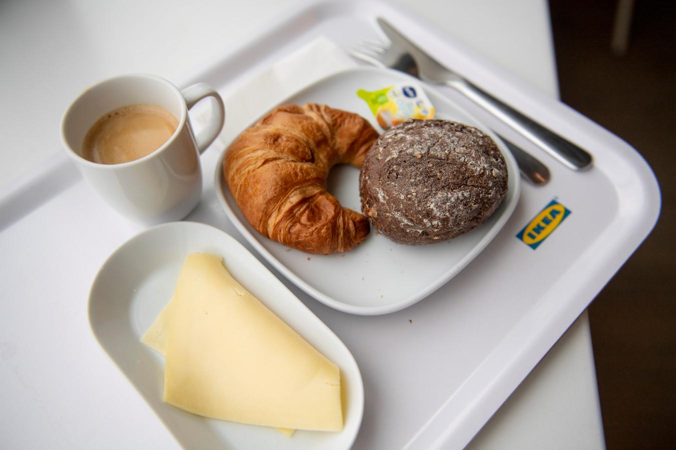 Het standaard ontbijt bij IKEA. De kipfilet is op.