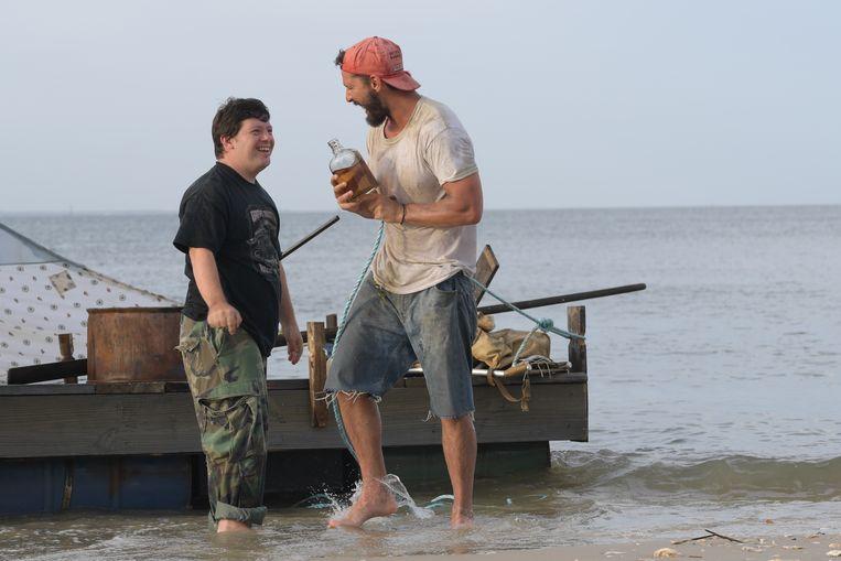 Zack Gottsagen (links)  en Shia LaBeouf in Peanut Butter Falcon. Beeld filmstill