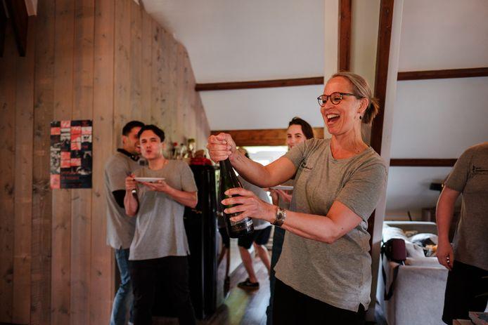 Nicolet Theunissen ontkurkt de champagne om het vijfjarig bestaan van Future Life Research te vieren.