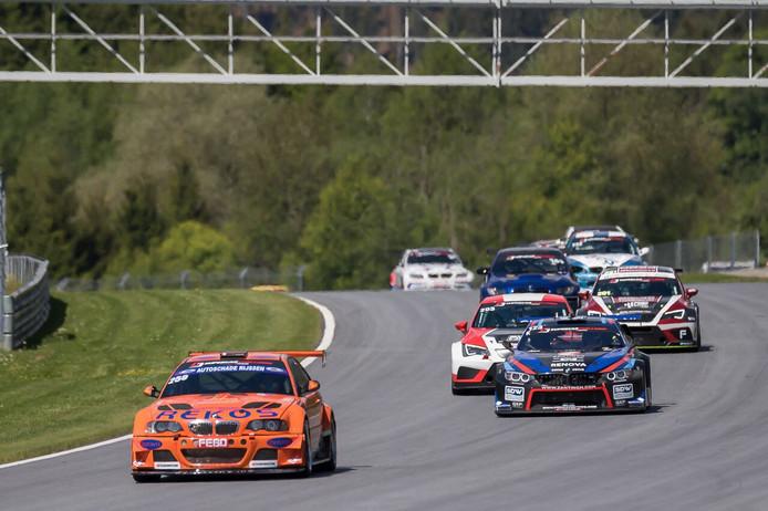BS Racing Team, vooraan in de oranje wagen, behaalt na een inhaalrace de derde plek in Oostenrijk tijdens de Supercar Challenge op de Red Bull Ring.