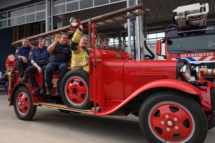 André Schulte in de oude A-Ford uit 1925. De oudste brandweerauto van Enschede.