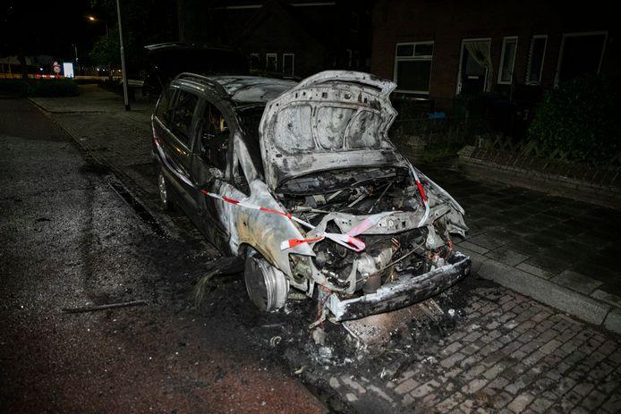 De uitgebrande auto op de Kanaalstraat in Nijmegen